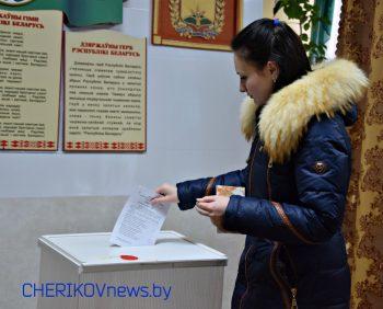 Голосование на выборах в местные Советы депутатов активно проходит на  Комсомольском избирательном участке № 4