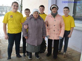 Волонтеры БРСМ дежурят на избирательных участках Чериковского района