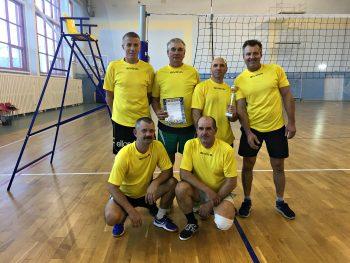 Мужская команда ветеранов труда Чериковщины в соревнованиях по волейболу заняла второе место