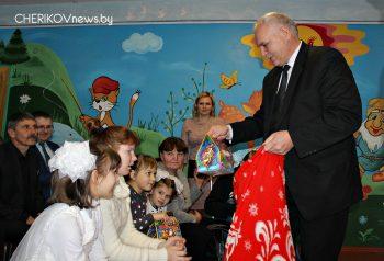 Глава Чериковского района Михаил Космачев вручил подарки воспитанникам центра коррекционно-развивающего обучения и реабилитации