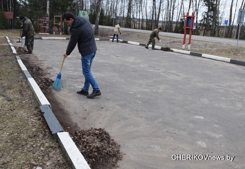 Депутаты Чериковского районного Совета принимают активное участие в месячнике по благоустройству