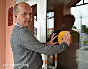 Обозначения для слабовидящих людей появились на входных дверях объектов социальной инфраструктуры в Черикове