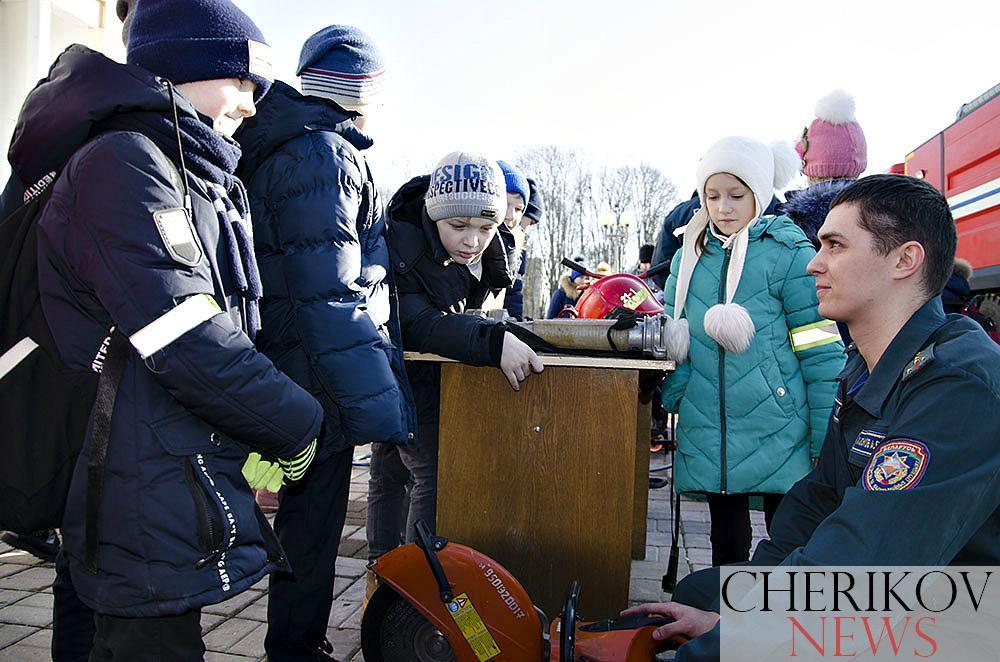 Пожарная техника, специальные средства сотрудников ГАИ и увлекательные приключения: В Черикове прошел Единый день безопасности