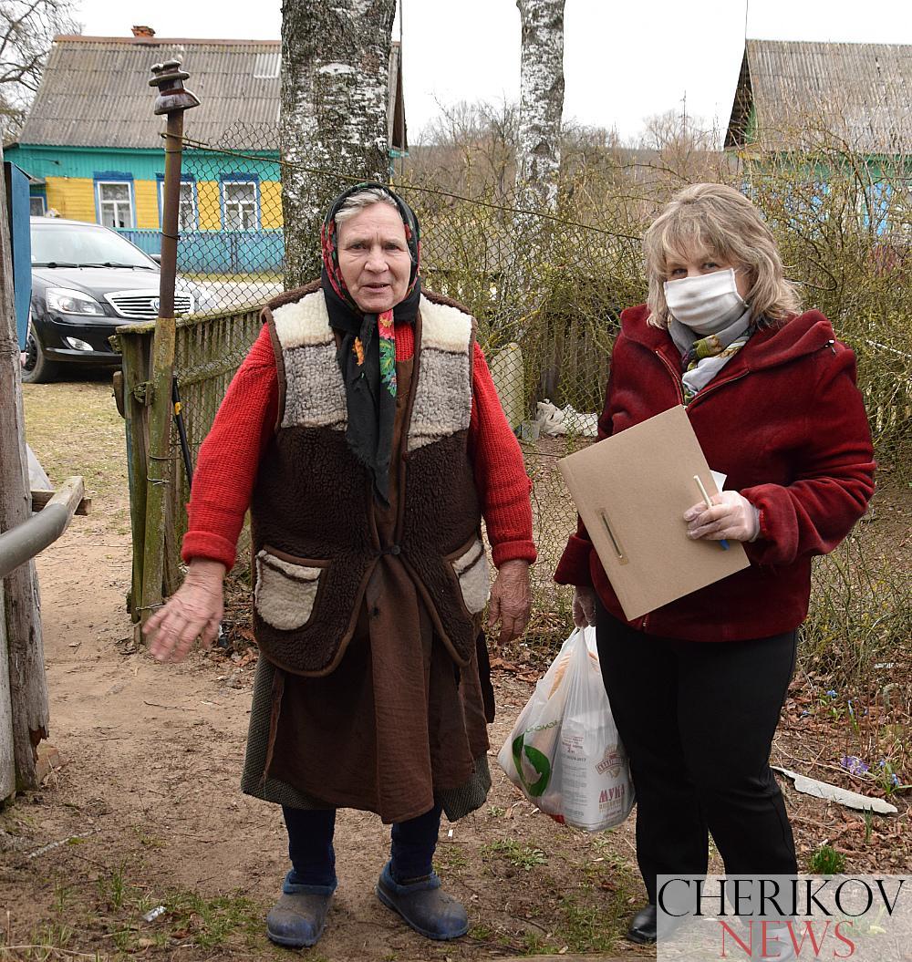 Волонтеры Красного Креста и Чериковского РЦСОН помогают пожилым гражданам района