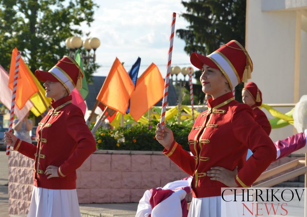 Торжественно и ярко отметил Чериков День города