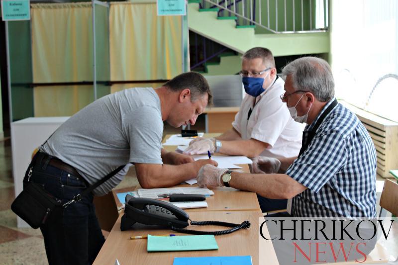 На участке для голосования №2 отмечается активность желающих проголосовать за своего кандидата