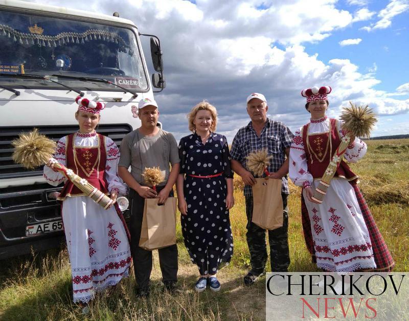 Первых комбайнеров-тысячников поздравили в Чериковском районе