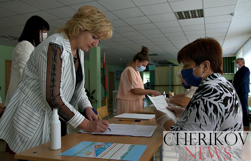Председатель Чериковского райисполкома Александра Михеенко вместе с супругом приняла участие в выборах