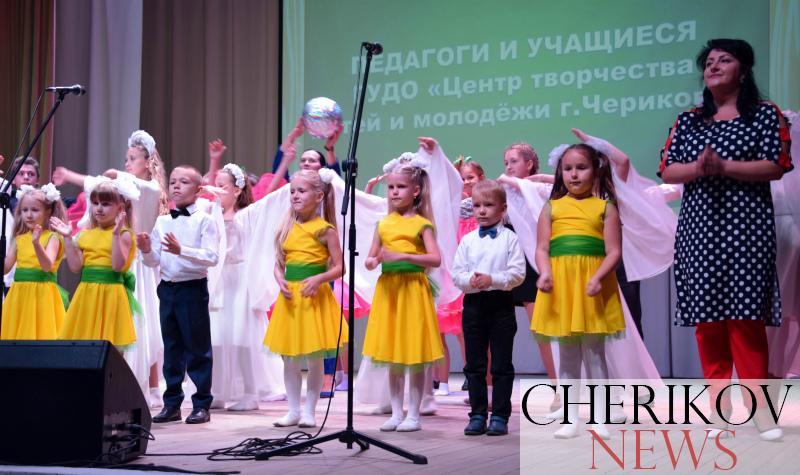 ФОТОФАКТ: в Черикове чествовали лучших педагогов